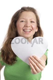 Junge Frau mit Papierherz im Vordergrund