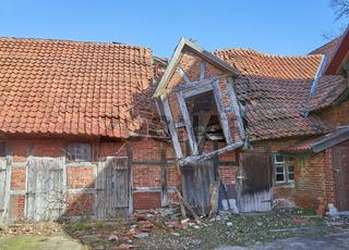 Altes verfallenes norddeutsches Bauernhaus in Niedersachsen.