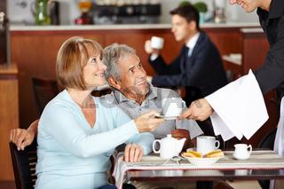 Senioren trinken Kaffee im Café eines Hotels