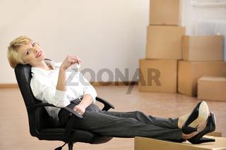 Immobilien: Geschäftsfrau mit Schlüssel zu neuem Büro