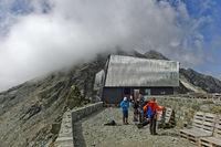 Wanderer und Bergsteiger an der Berghütte Cabane de Tracuit