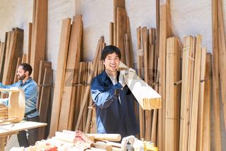 Handwerker Lehrling beim Holz tragen