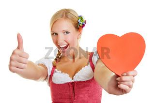 Frau mit Herz hält Daumen hoch