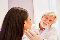 Dermatologe untersucht die Haut einer Patientin