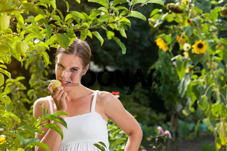 Junge Frau mit grünem Apfel
