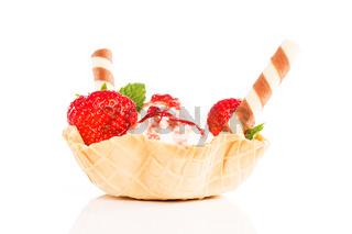 vanille eiscreme mit erdbeeren in einer waffel schale