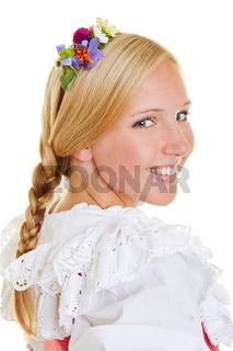 Junge attraktive Frau mit Haarschmuck