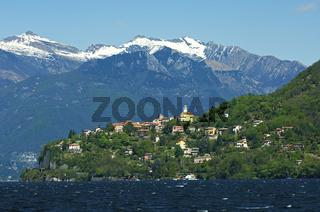 Der Ort Pino sulla Sponda del Lago Maggiore am Lago Maggiore vor den schneebedeckten Gipfeln der Lepontinischen Alpen