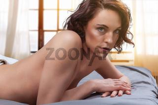 Erstaunliche rothaarige Frau sexy auf dem Bett.