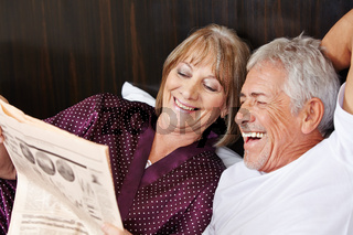 Senioren lesen gemeinsam Zeitung