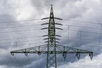 Strommast mit Kreuzung von Stromleitungen