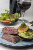 Steakscheiben mit Kartoffeln und Salat