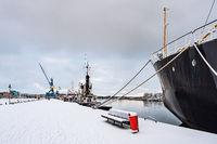 Blick über den Stadthafen in der Hansestadt Rostock im Winter