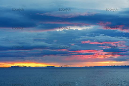 Sonnenaufgang über dem Atlantik vor Norwegen