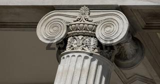 Säule mit Ionischem Kapitell