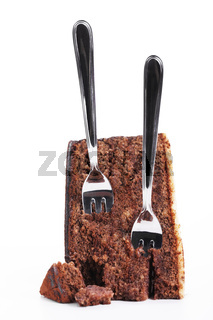 zwei kuchengabeln in schokokuchen