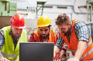 Handwerker Team arbeitet am Laptop Computer online
