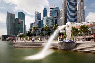 Merlion vor der Skyline von Singapur