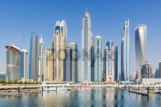 Dubai Marina und Harbour Skyline Architektur Urlaub in Arabien Wasser Spiegelung