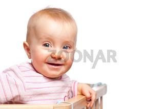 Kleinkind im Gitterbett