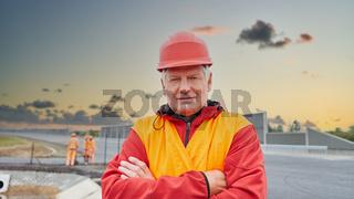 Arbeiter auf Baustelle mit verschränkten Armen