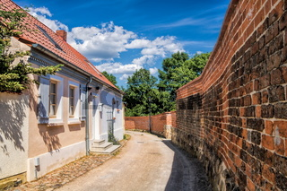 kyritz, deutschland - 03.06.2020 - wohnen an der stadtmauer