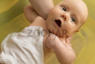 Säugling beim Baden