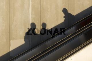 Schatten auf einer Rolltreppe