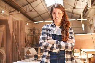 Frau macht Handwerker Ausbildung zum Schreiner