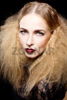 frau mädchen mit extrem makeup und glitzernden lippen