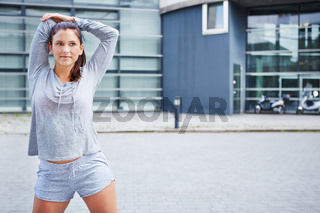 Sportliche Frau macht Aufwärmübung