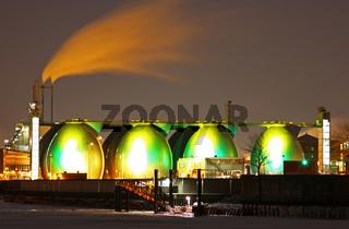 Klärwerk Köhlbrandhöft, Hamburg, beleuchtet bei Nacht, wastewater treatment plant in Hamburg