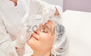 Stirnfalten werden mit Hyaluronsäure unterspritzt