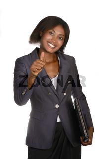 Afrikanische Geschäftsfrau mit Notebook hält Daumen hoch