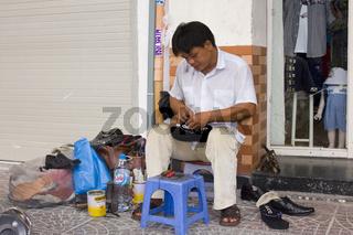 Strassenschuster repariert Schuhe, Saigon, Ho Chi Minh City, Vietnam,Asien