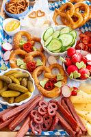 Herzhafte Brotzeit mit Wurst und Kaese