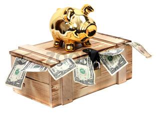 Sparschwein auf Kiste mit Geldscheinen