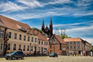 kyritz, deutschland - 03.06.2020 - marktplatz in der altstadt mit marienkirche