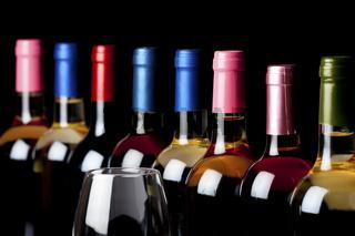 Einige Flaschen Wein und ein Weinglas