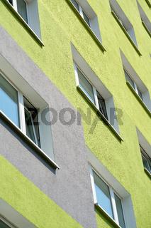 Fassade von einem sanierten Plattenbau in Magdeburg