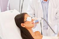 Hautarzt und Patientin bei der Lasertherapie