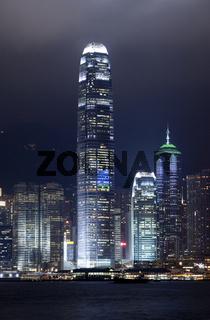 Blick von Kowloon auf die abendliche Laserlicht-Show an den Hochhäusern des Central District von Hong Kong Island