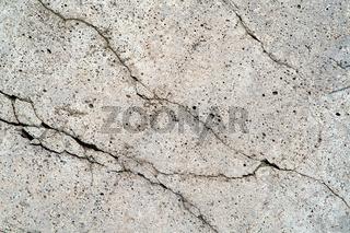 Nahaufnahme von Rissen in einer maroden Betonwand