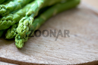 frischer grüner Spargel als Zutat in einer Küche