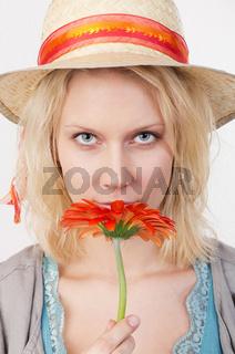 Hübsche Frau mit roter Blume