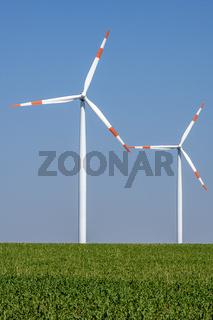 Windkraftanlagen in einem Getreidefeld