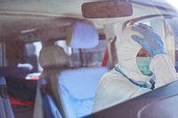 Erschöpfter Sanitäter des Rettungsdiensts macht Pause in Rettungswagen