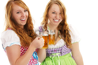 zwei glückliche rothaarige frauen im dirndl mit bier