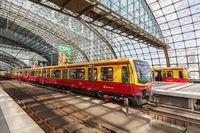 S-Bahn Berlin Zug S Bahn im Bahnhof Hauptbahnhof Hbf in Deutschland