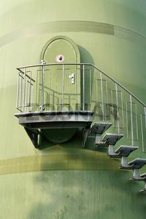Treppe zu einer Tür am Turm einer Windkraftanlage